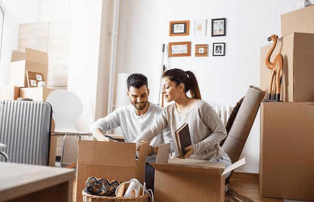 Couple range cartons de déménagement avec Mes4Devis