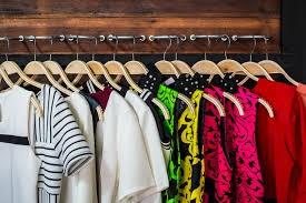 Vêtements sur cintre à déménager avec Mes4Devis